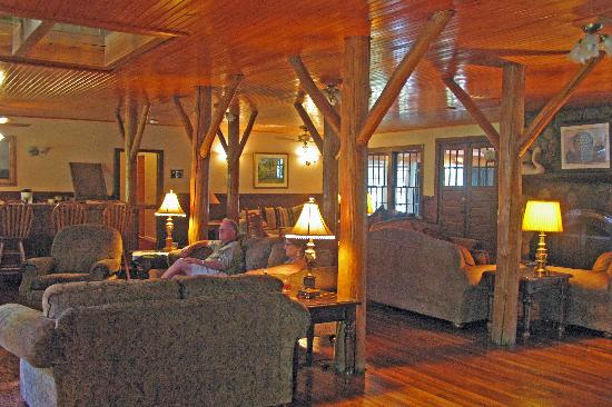 Highland Lake Inn & Resort Hendersonville: In the Lodge common area