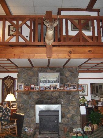 Carlson's Lodge: Entrance, Fireplace & balcony to second floor