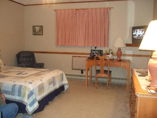 Carlson's Lodge: a pic showing room 107 main roomy space