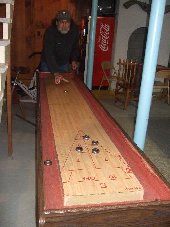 Carlson's Lodge: gameroom table