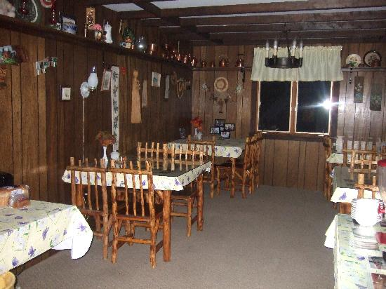 Carlson's Lodge: Its a little dark in this pic_ breakfast nook