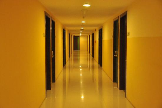 Go Hotels Mandaluyong: the hallway
