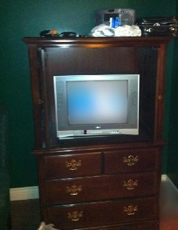 The White Fox Inn: Small, old TV.  Stereo on top has no volume knob.