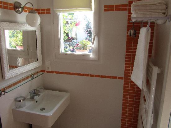 Chambres Hotes Courteline : salle de bain Jules Verne avec douche à l'italienne