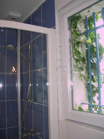 Chambres Hotes Courteline : salle de bain La Caravelle avec faïence haut de gamme