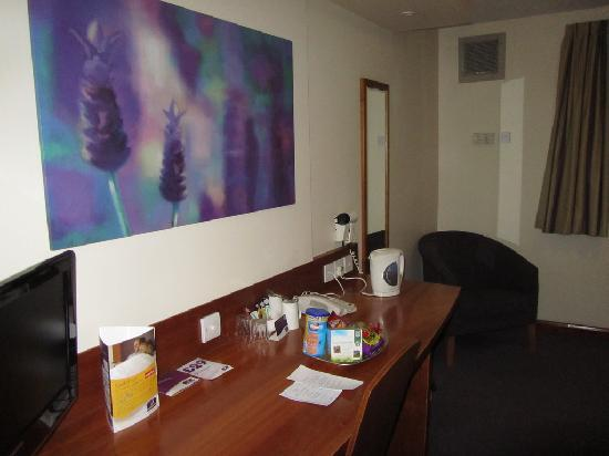 Premier Inn Stroud Hotel: Table area / Flat screen TV