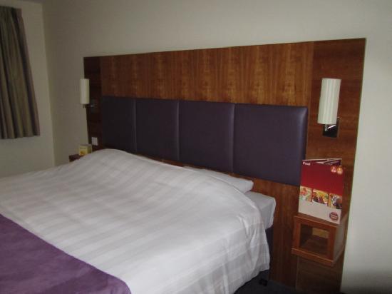 Premier Inn Stroud Hotel: Bed