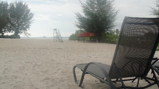 โรงแรมเอวิลเลียน แอดไมรัล โคฟ: Long stretch of private beach