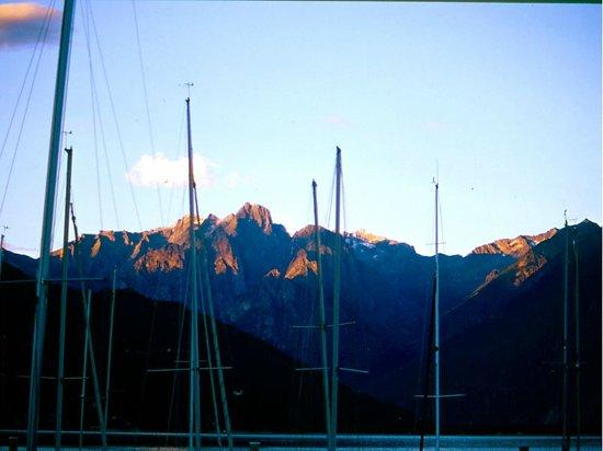 Domaso, Italy: lo spettacolo delle montagne al tramonto visto dal circolo