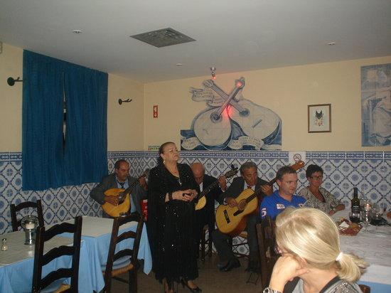 Restaurante Canto do Camoes: Actuacion de la cantante de fado Alzira