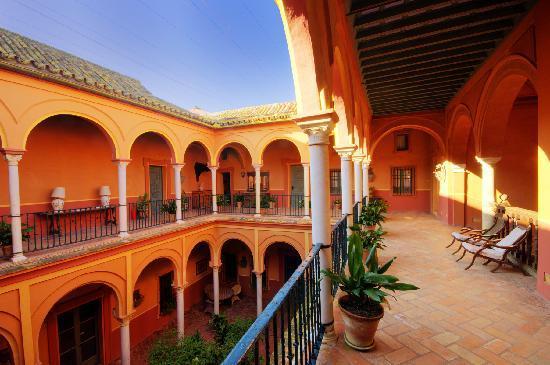 Casa Palacio de Carmona: El azul andaluz todo el año