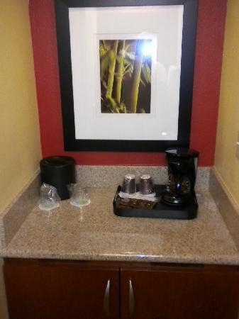 Courtyard by Marriott Boca Raton: Fridge/Coffee Maker