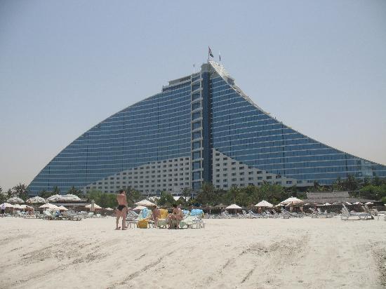 Jumeirah Beach Hotel: veduta dell'hotel dalla spiaggia