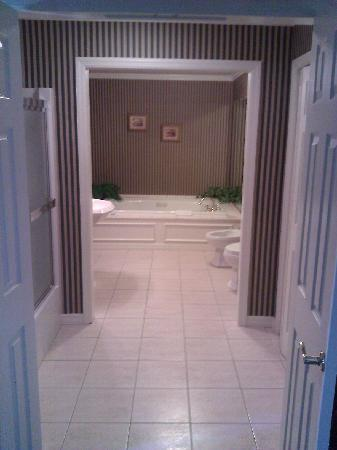 The Waynebrook Inn: Large Bathroom with jacuzzi