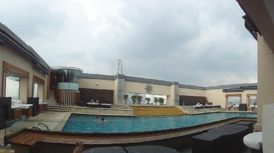Piscina sul tetto foto di pacific regency hotel suites - Piscina di melzo ...