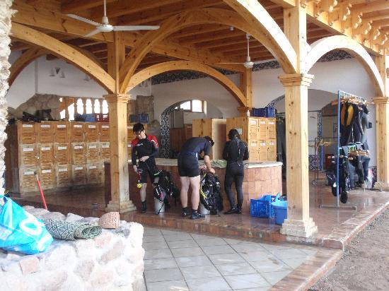 Dahab Divers South Sinai Hotel & Dive center: Big, and clean area for diving gear and lockers.
