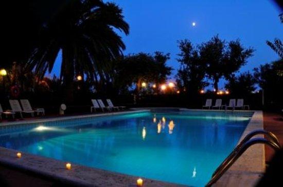 Villa Rosa di Martinsicuro, Olaszország: La piscina di notte