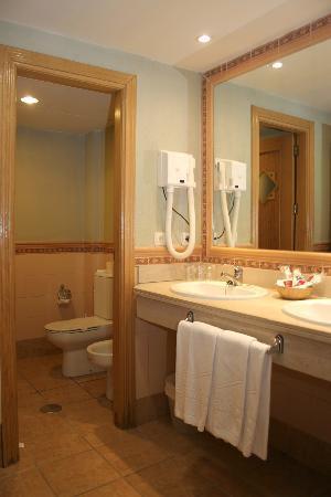 Hotel Telecabina Montana: Baño Habitación cuádruple