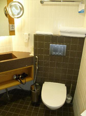 Radisson Blu Hotel, Espoo: Small but functional bathroom