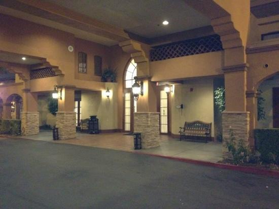 ‪‪Country Inn & Suites by Radisson, John Wayne Airport, CA‬: front of hotel‬