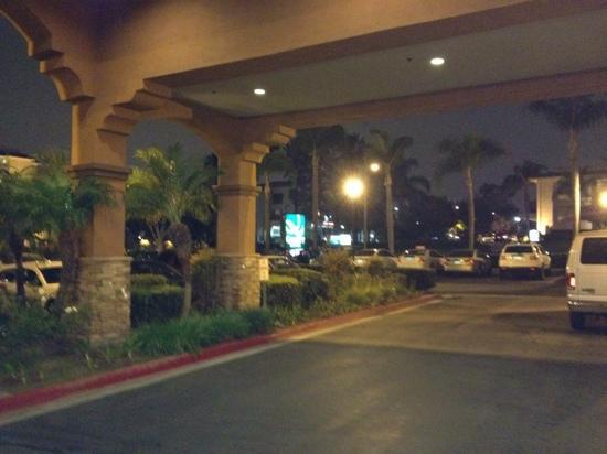 Country Inn and Suites - John Wayne Airport: front of the hotel
