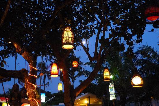 Kafe Batan Waru : De verlichting bij schemer