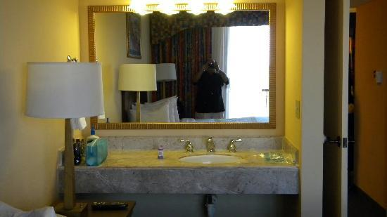 Embassy Suites by Hilton Orlando - International Drive / Convention Center: Extra vanity area