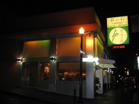 R & G Lounge: 店の前
