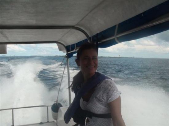 บิยาดู ไอแลนด์ รีสอร์ท: Boat ride from Male to the Island... bumpy but fun
