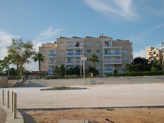 Astreas Beach Hotel Apartments: view of front of hotel