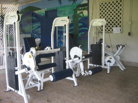 The Reef Golf and Beach Resort: Outdoor covered gym to work out.