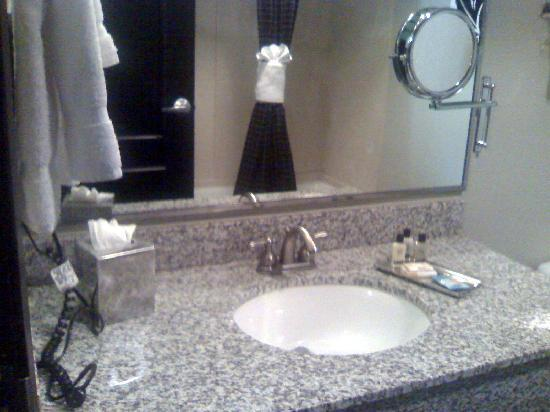 Hawthorn Suites by Wyndham Lubbock: Bathroom w/reflection