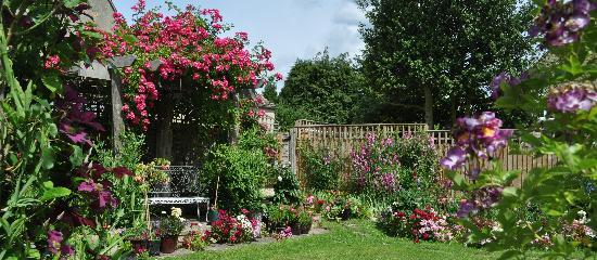 ‪‪Courtlands B&B‬: June 2011 garden‬