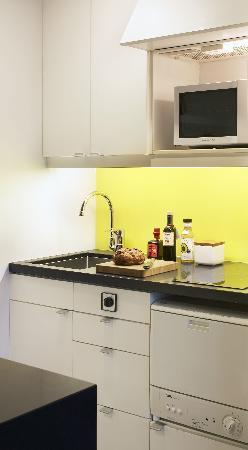Citadines Trafalgar Square London: The studio kitchen is equipped with all the useful applicances and a dishwasher