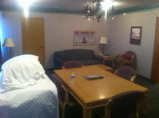 Rodeway Inn & Suites Tupelo: Room layout, nice and smokey.