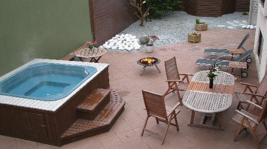 Town House Iceland: Garden with access to barbecue