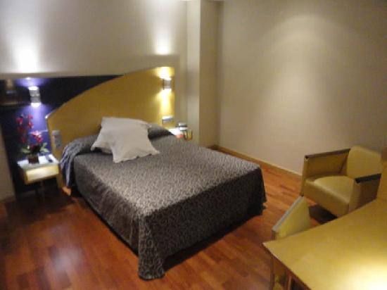 lit picture of sansi diputacio hotel barcelona tripadvisor. Black Bedroom Furniture Sets. Home Design Ideas