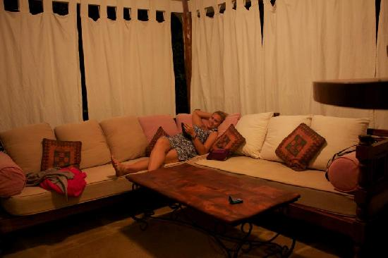 Kitu Kidogo Cottages: Relaxing before dinner in the outside lounge area