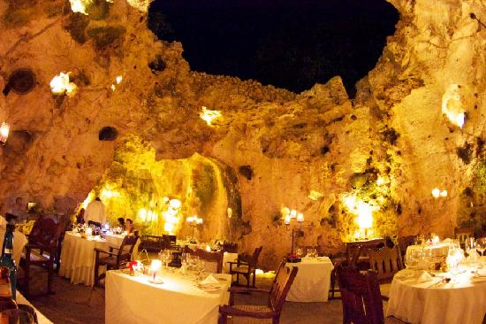 Kitu Kidogo Cottages: Ali Barbour's cave restaurant