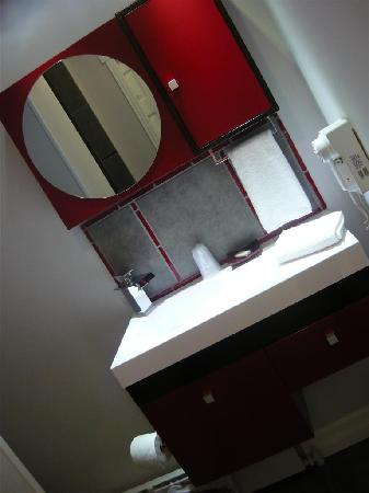 Miami Motel: bathroom