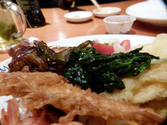 Minado Restaurant: Seaweed salad with Walnuts and a skewered shrimp
