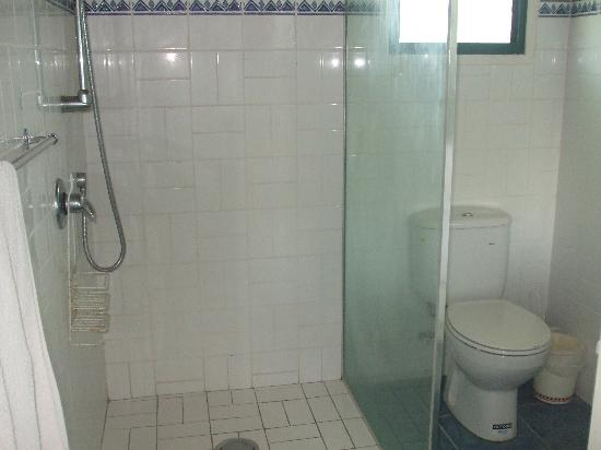Petero's Place: Full bathroom