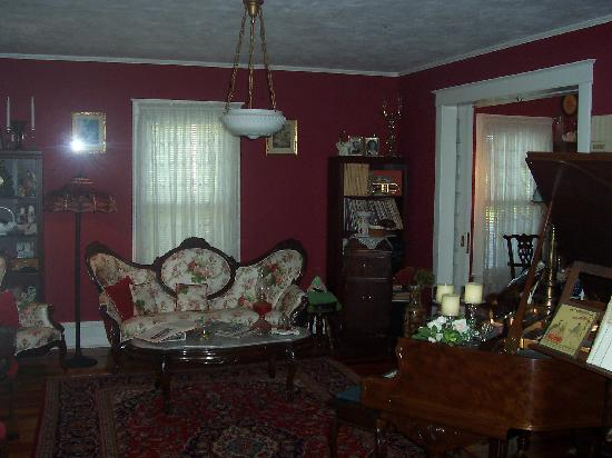 Alling House Bed and Breakfast: View of the parlour in the main guesthouse