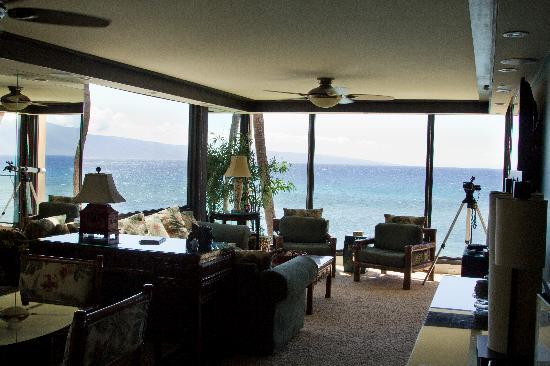 Aston Mahana at Kaanapali: Living room and beautiful views.