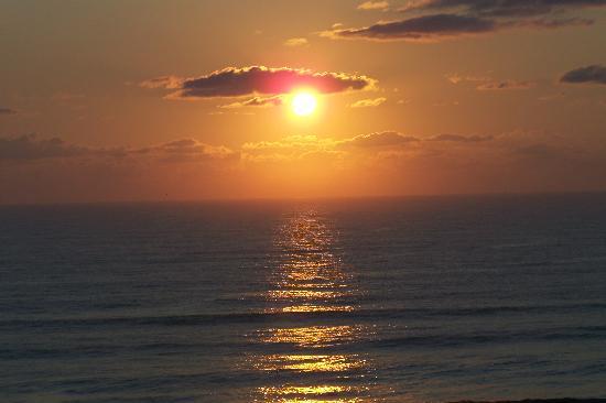 Grand Seas Resort: Sunrise over the beach
