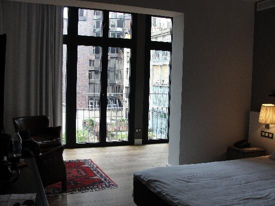 The5rooms : view of suite looking towards windows
