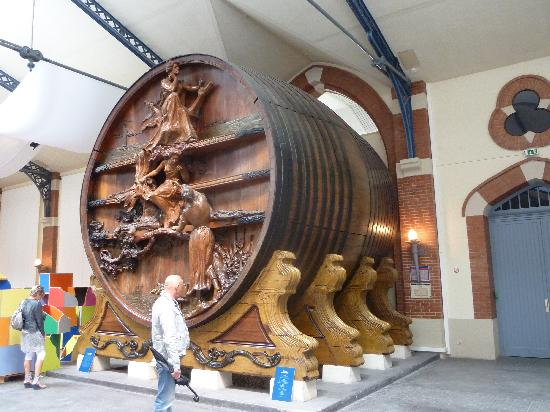Champagnes Pommery: World's largest Champagne barrel (Hic)!