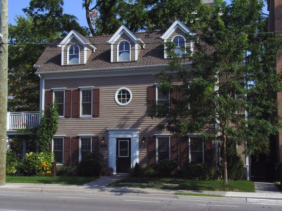 Oakville, Canada: Walnut House B&B from Rebecca St