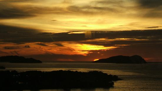 Le Meridien Kota Kinabalu: view of the sunset from the Club Lounge