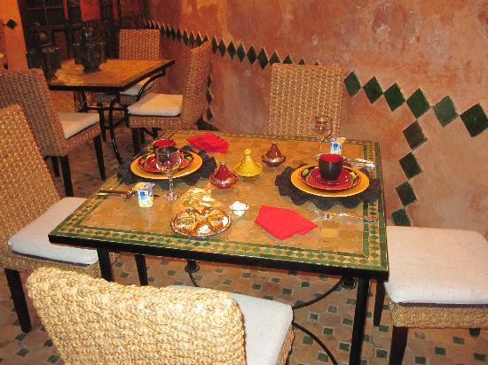 Riad Amirat Al Jamal: Table set for breakfast